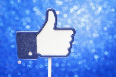 Cake pops in shape of Facebook button like it