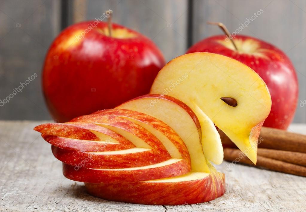 Cygne d\'Apple. décoration à base de fruits frais — Photographie ...