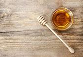 Mísa medu na dřevěný stůl. Symbolem zdravého života