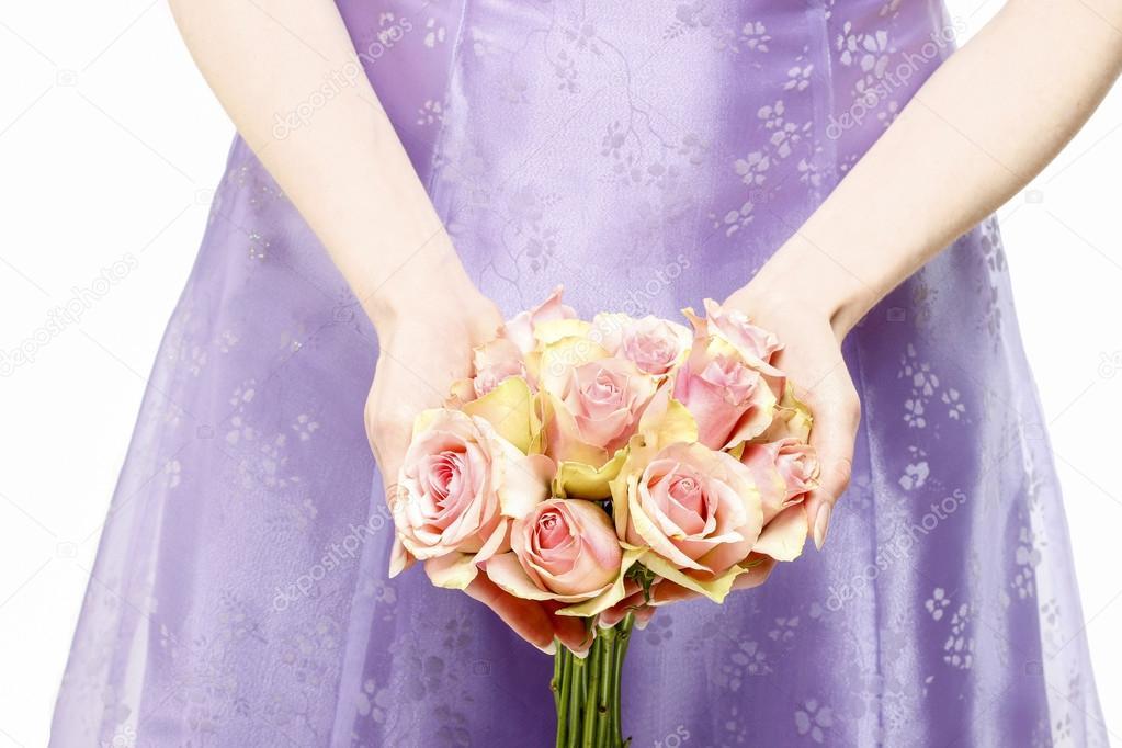 Dama de honor vestido violeta con ramo de rosas rosadas — Foto de ...