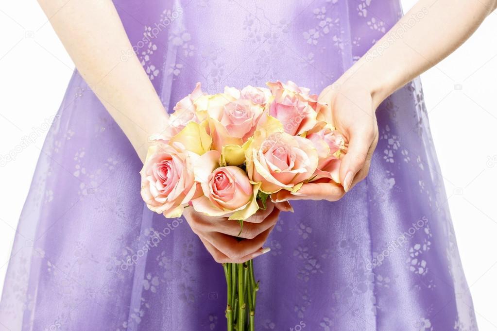 Dama de honor vestido violeta con ramo de rosas rosadas — Fotos de ...