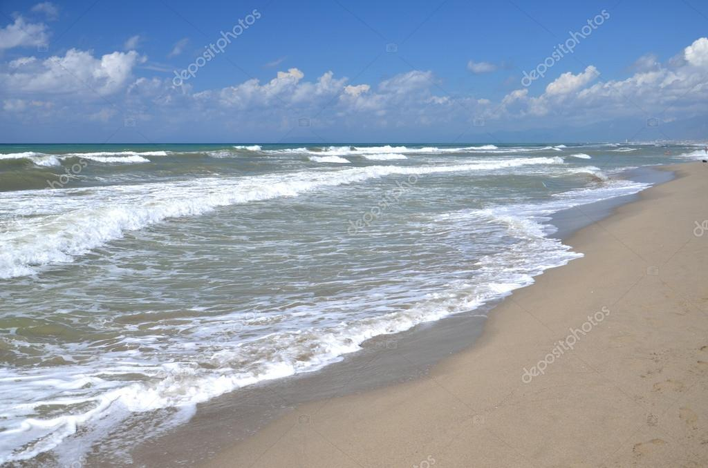 Inquieto mare sulla spiaggia di sabbia marina di vecchiano - Immagini di spongebob e sabbia ...