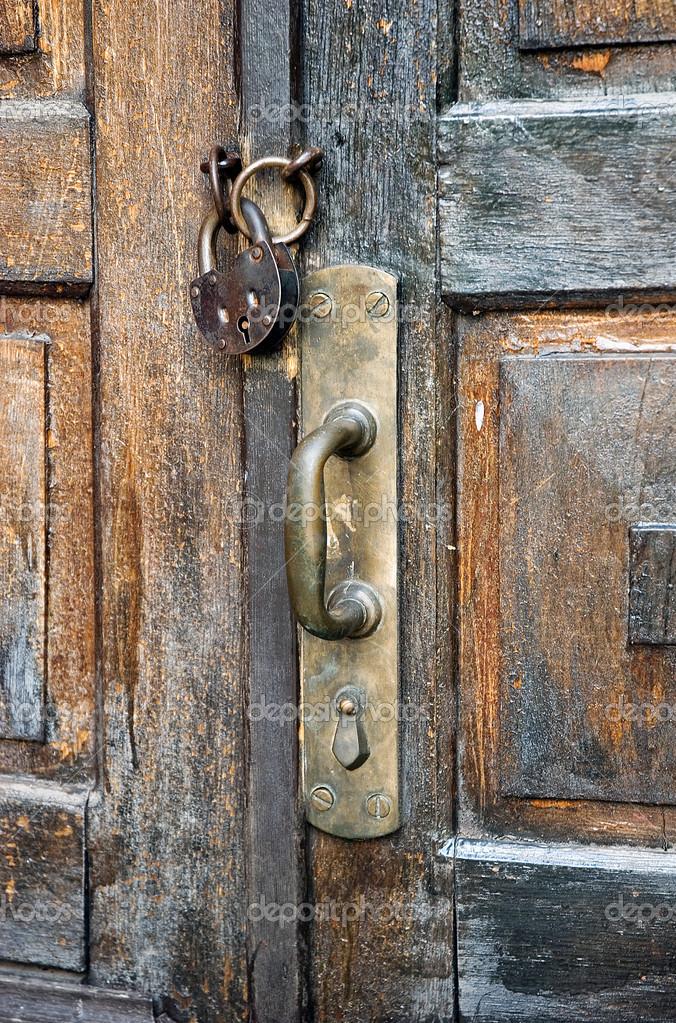 Puertas antiguas en la cerradura de foto de stock for Puertas antiguas de derribo