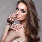 Fotografia bella ragazza con lhenné sulle sue mani