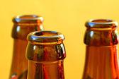 Fényképek üres sörösüvegeket