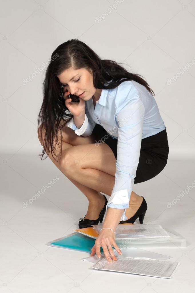 Фото женщин в юбке на корточках фото 373-216