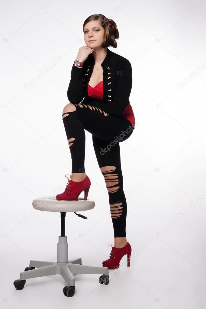 2dcc96b8c710 νεαρή γυναίκα με κόκκινο πουκάμισο