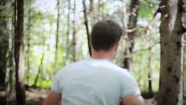 vystrašený mladý muž v lese