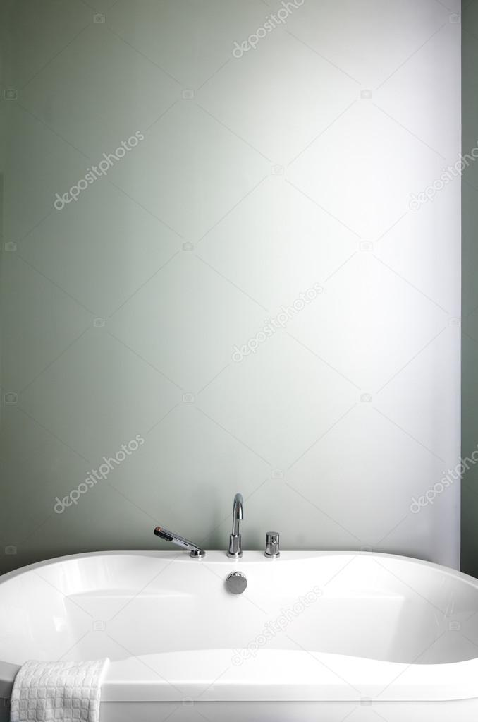 cuarto de baño moderno con suaves tonos pastel verdes ...