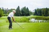 Fotografia golfista maturo su un campo da golf