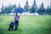 egy esős napon, így a golfpálya golfozó