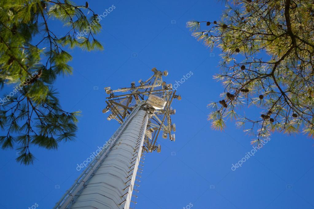 Torre de teléfono celular de la base mirando hacia arriba — Foto de ...