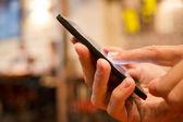 Fotografie muž pomocí mobilního telefonu v restauraci, kavárna, bar