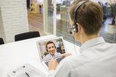 Geschäftsmann auf Videokonferenz mit Headset