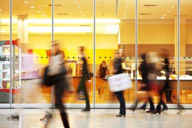 insanların alışveriş merkezinde kasıtlı bulanık resim