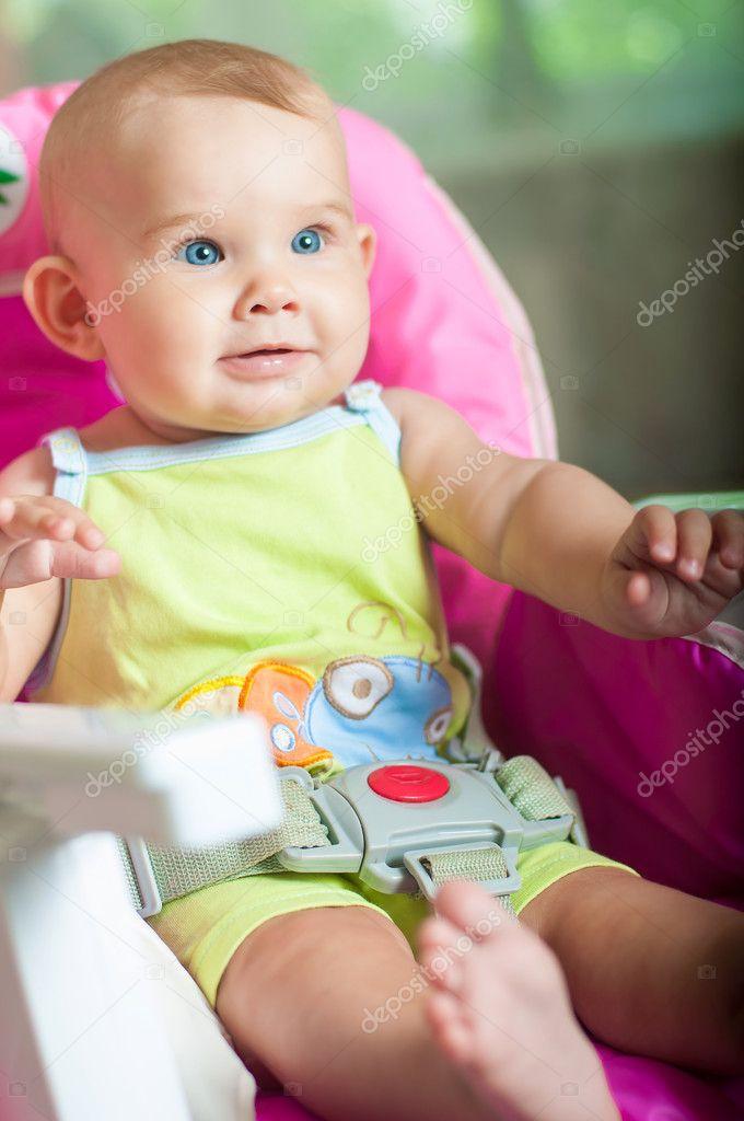 Zitstoel Voor Baby.Baby Zittend In Een Stoel En Glimlachen Stockfoto C Capable97