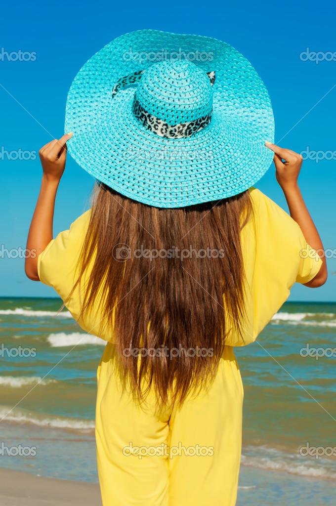 фото девушек на пляже брюнетки с длинными волосами