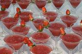Gläser mit einem Cocktail mit Erdbeeren