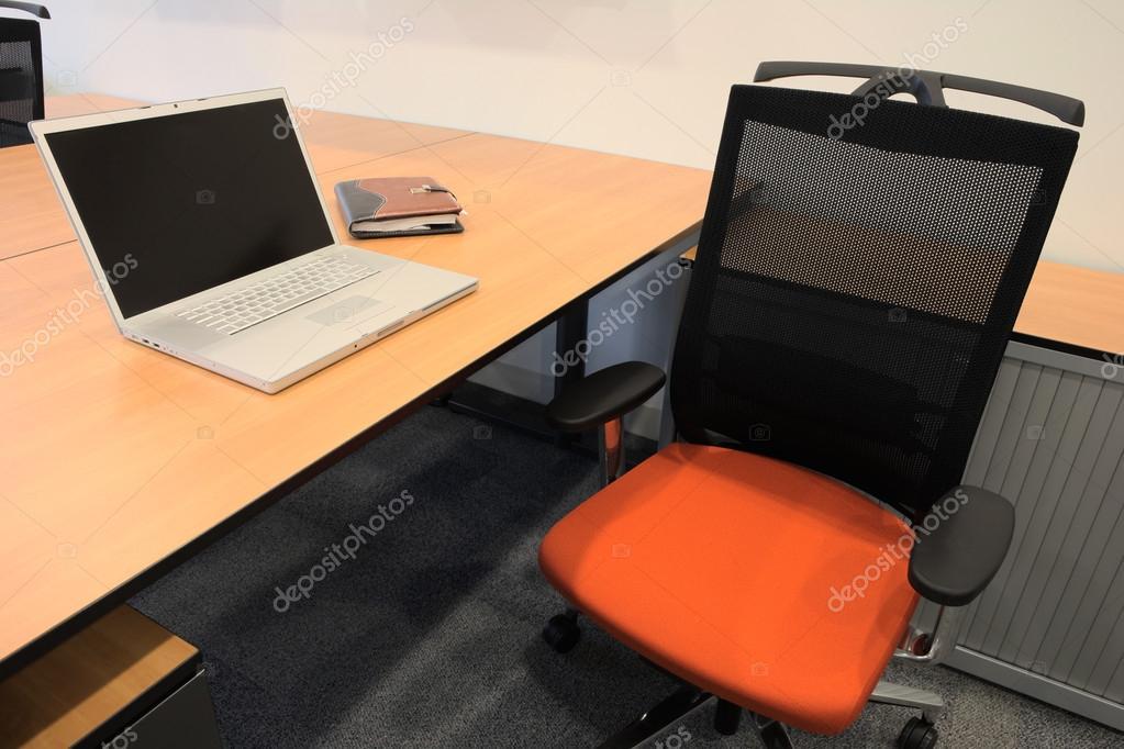 Classificatori Per Ufficio : Ufficio vuoto con nuovi mobili per ufficio moderno tra cui