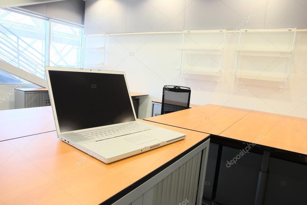 Oficina vac a con nuevos muebles de oficinas modernos for Muebles de oficina 2000
