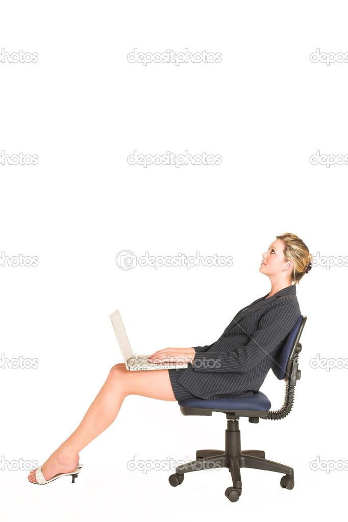 Femme Daffaires Assis Sur Une Chaise De Bureau Avec Un Ordinateur Portable Ses Genoux Image Forgiss