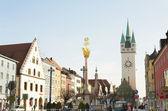 Dreifaltigkeitssäule und der Stadtturm in Straubing, Bayern, Deutschland