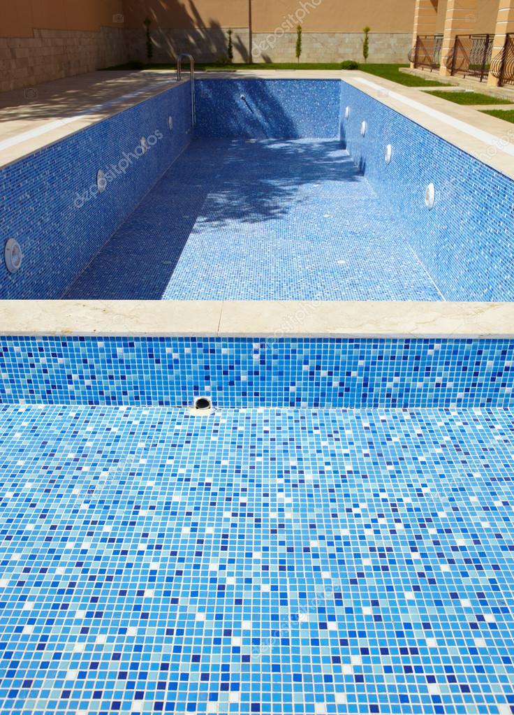 Blu piastrella vuota piscina in una giornata di sole senza acqua foto stock forgiss 22134731 - Acqua orecchie piscina ...