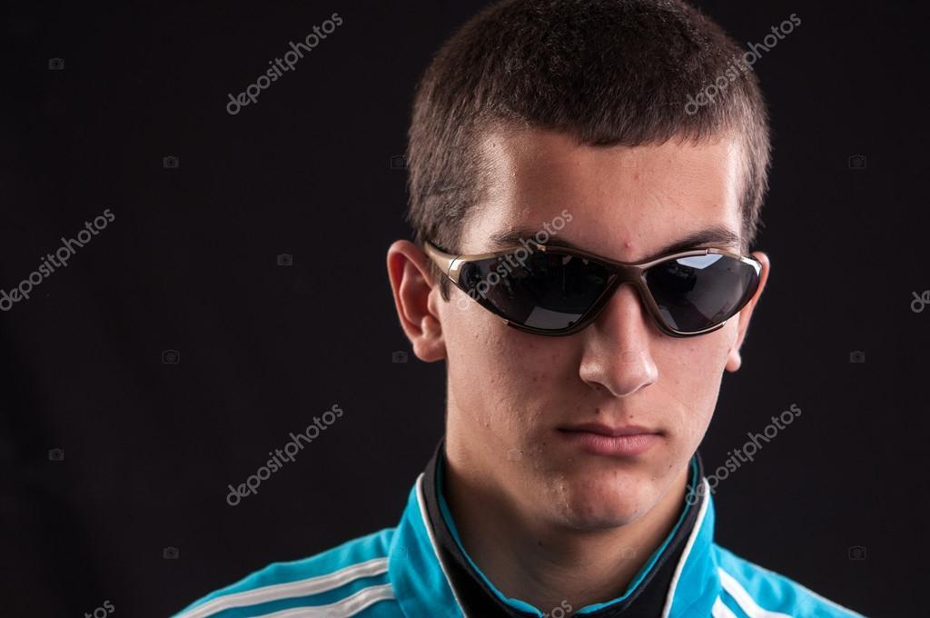 24582e8a5a4c5a Portrait mode jeune homme lunettes de soleil — Image de axentevlad