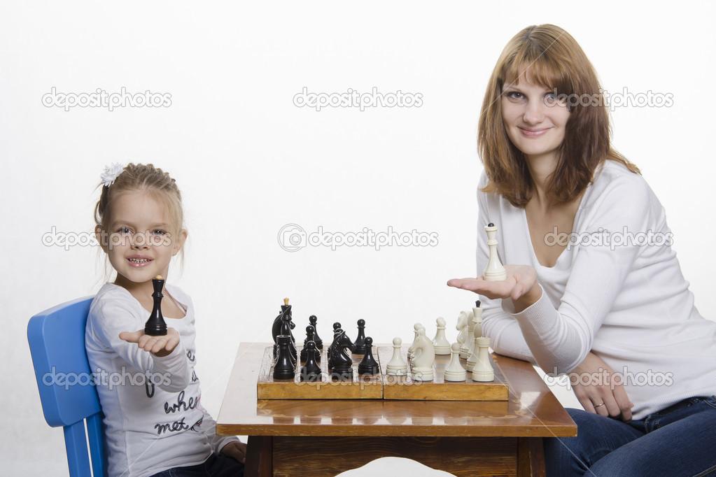 Mutter und Tochter setzen auf dem Palm Queens, spielt Schach ...