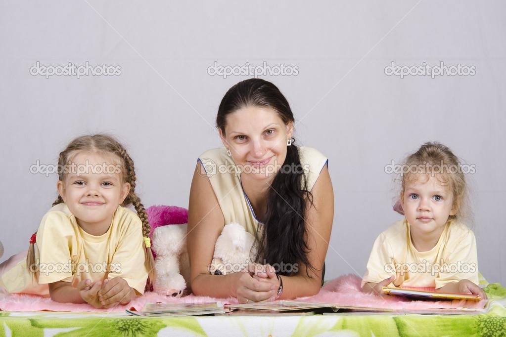 Mutter und zwei Töchter sind Bücher lesen. — Stockfoto © Madhourses ...