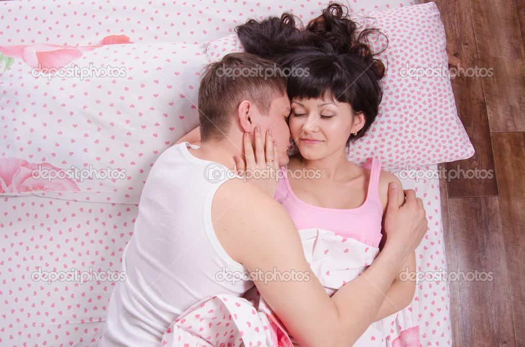 Молодая супруга в постели фото 250-390