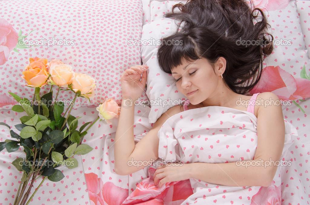 девушка спит с цветами в постеле фото