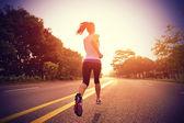 Fotografia atleta corridore in esecuzione su strada