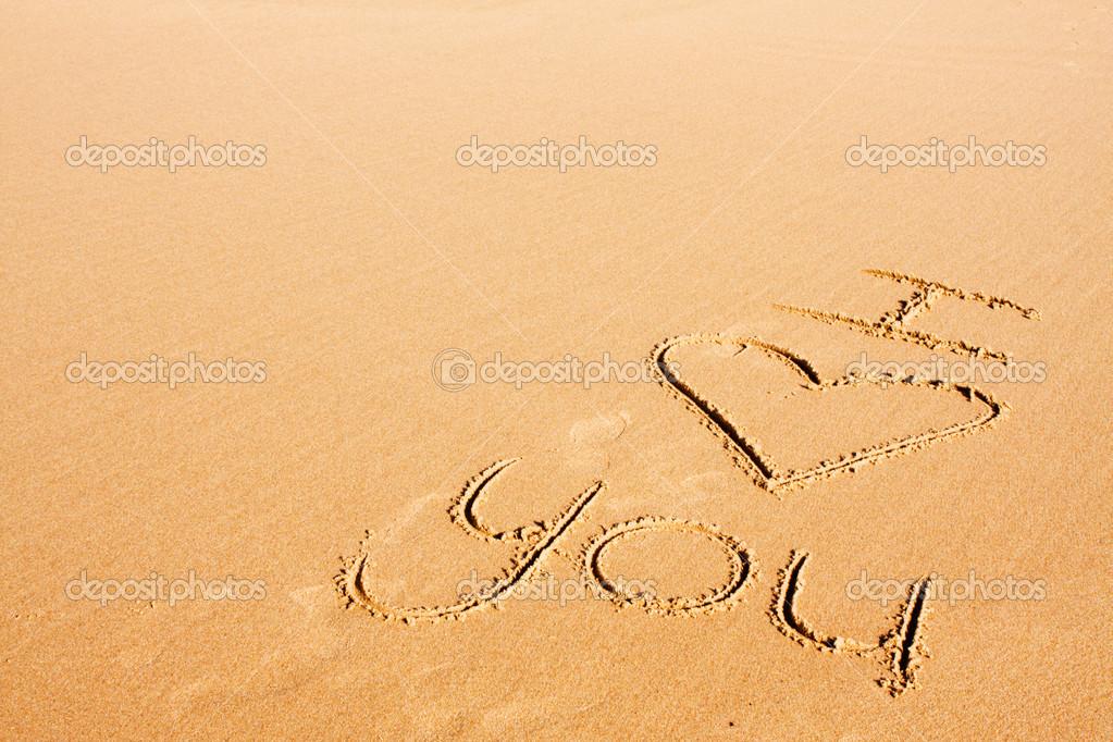 Te Amo En La Arena De La Playa: Palabras Escritas En La Arena De La