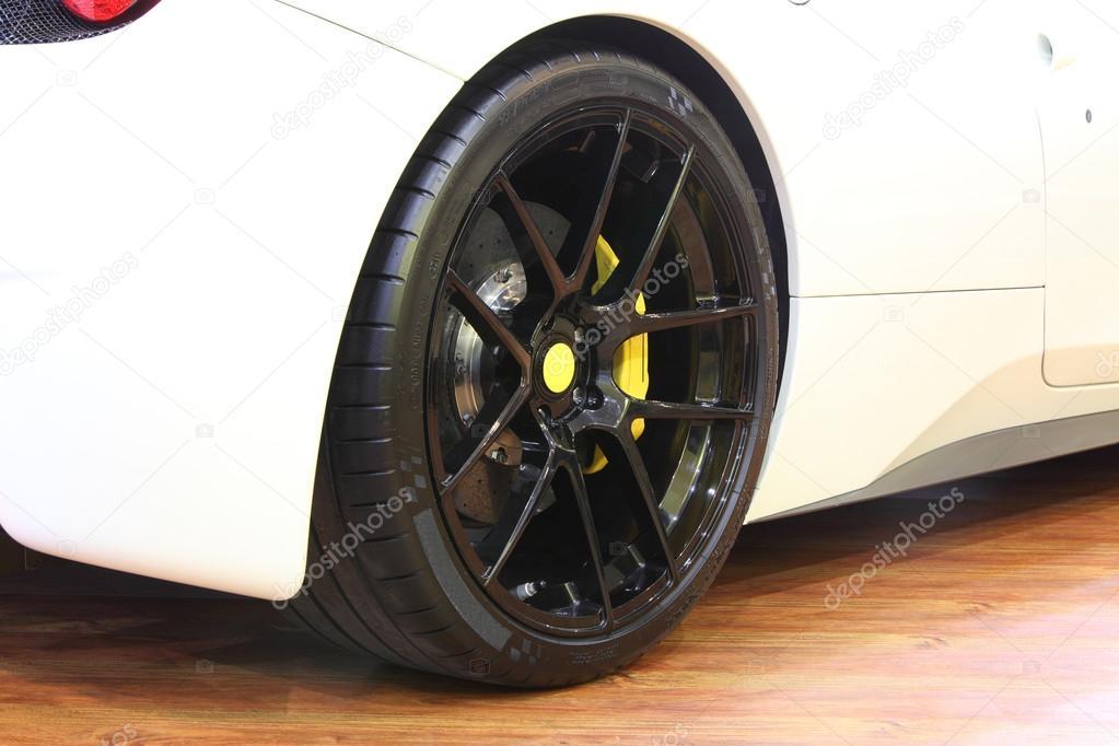 roue arri re et freins trier jaune d 39 une voiture super blanche brillante photographie. Black Bedroom Furniture Sets. Home Design Ideas