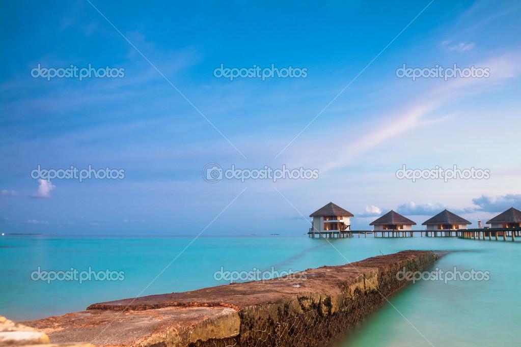 Paisaje tropical bungalow sobre el agua las islas for Islas maldivas hoteles en el agua