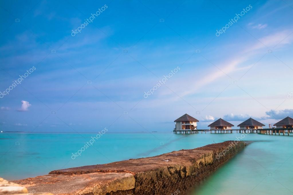 paisaje tropical bungalow sobre el agua las islas