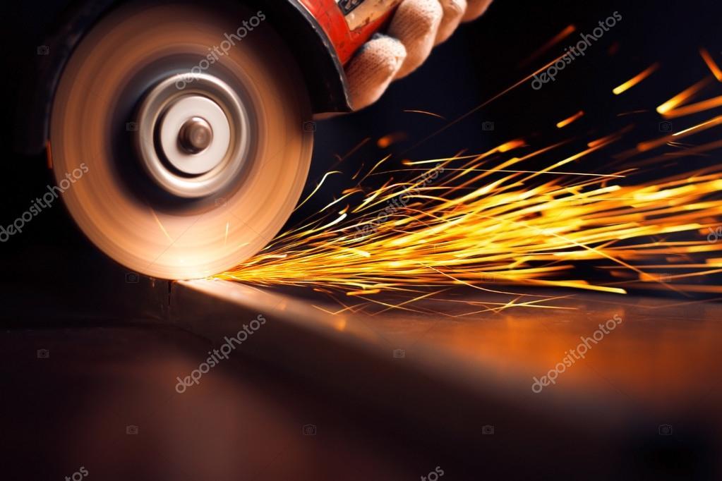 Arbeitnehmer Schneiden Metall Mit Muhle Funken Beim Schleifen Der