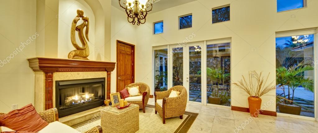 großes Wohnzimmer mit Kamin — Stockfoto © korzeniewski #22538375