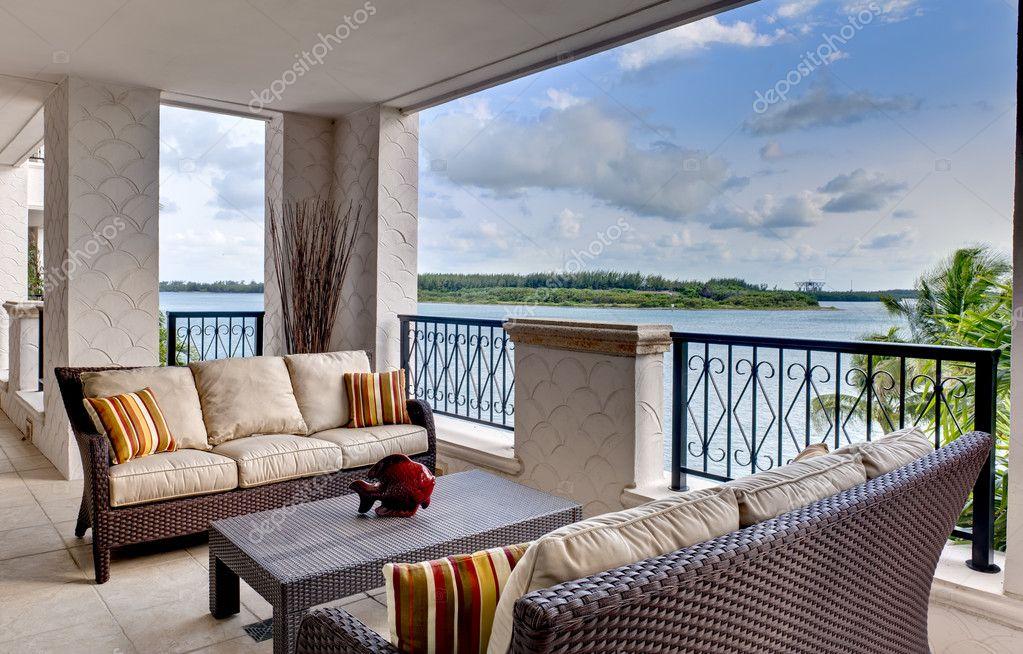 Amueblado terraza con vistas al oc ano foto de stock for Cerramiento terraza sin licencia