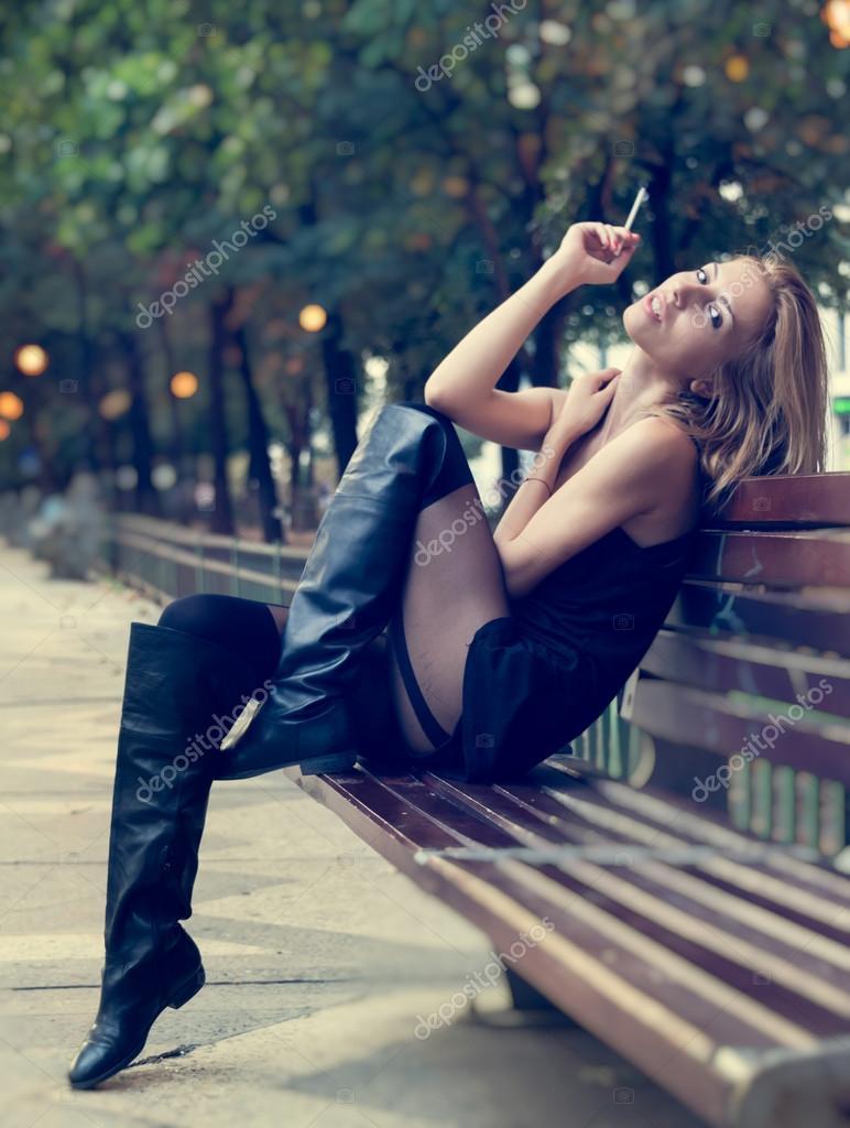 курящие дамы на высоких каблуках видео