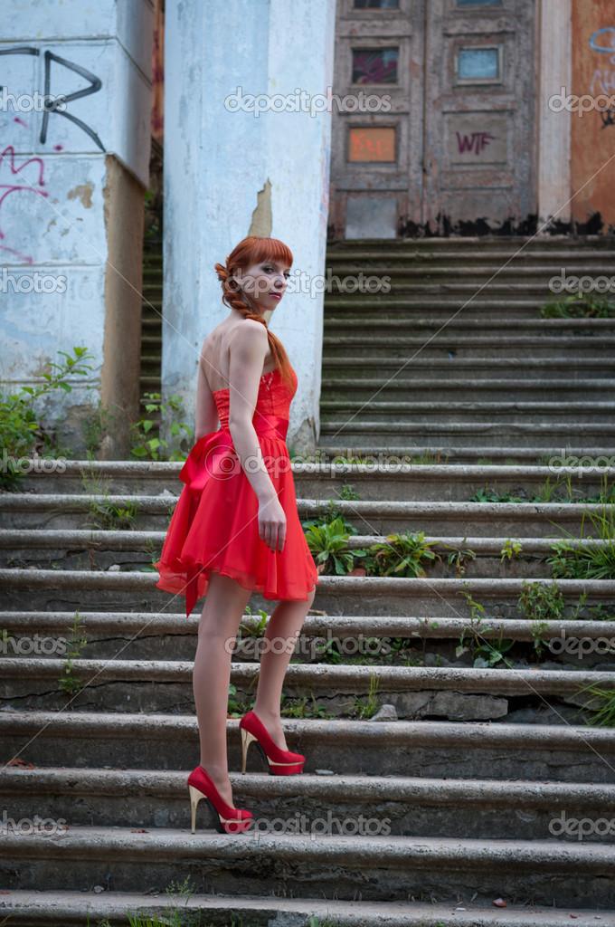 La Chica Del Vestido Rojo Foto De Stock Vikitora 30264891