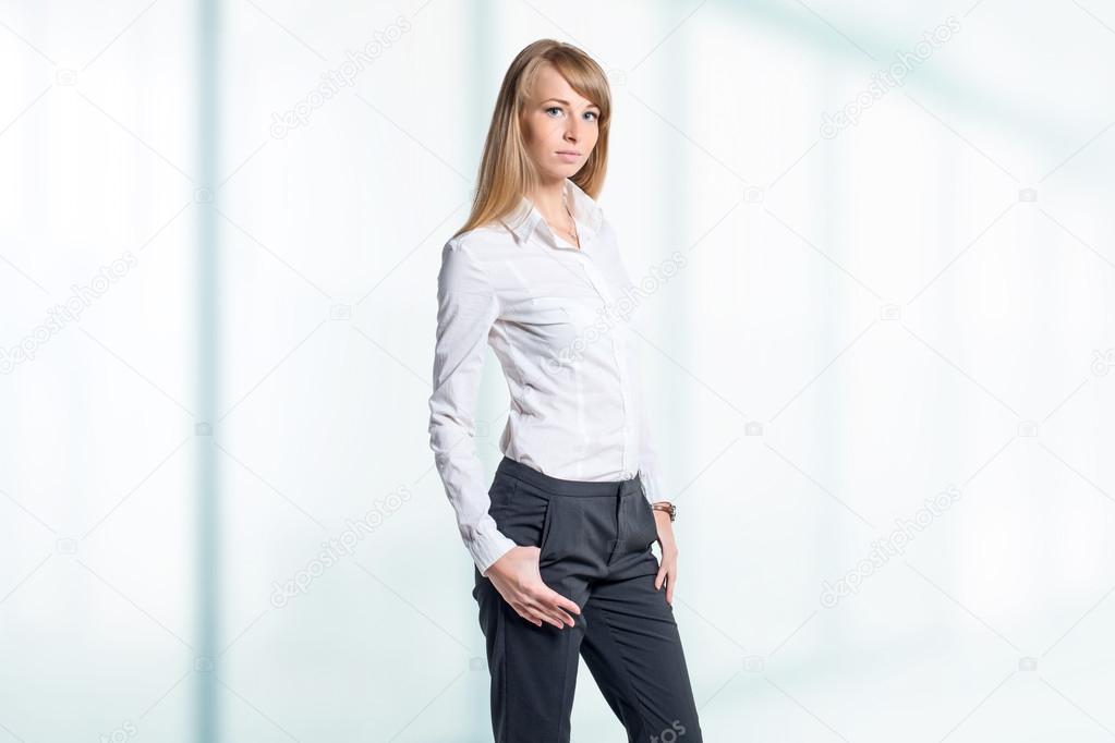 3f26e6bd2ec63b Ritratto di donna di affari giovane isolata su sfondo bianco — Foto di ...