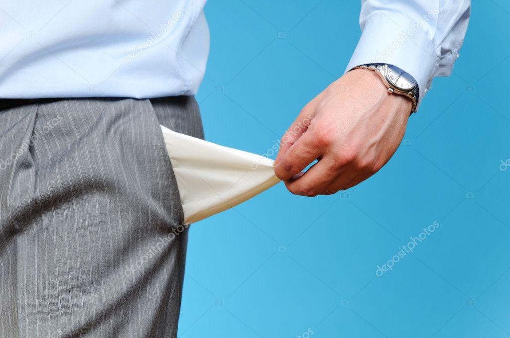 Homem, puxando para fora do bolso vazio em fundo azul — Stock ...