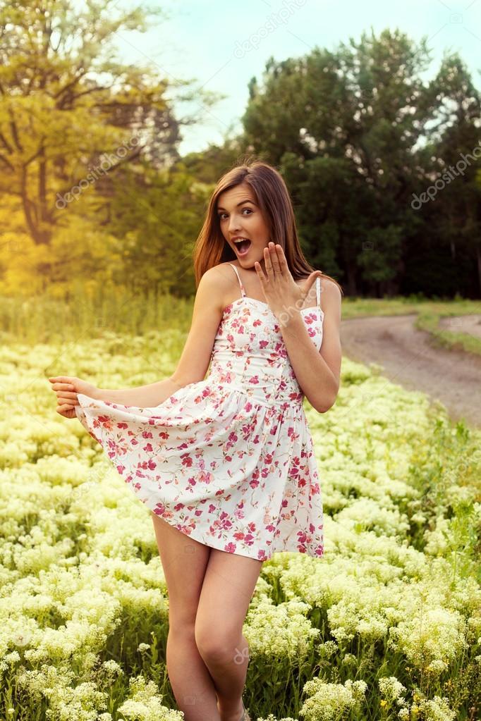 6efaec0ae310 Όμορφο γυναικείο πρότυπο για floral κοντό φόρεμα υπαίθρια. ψάχνει wi —  Φωτογραφία Αρχείου