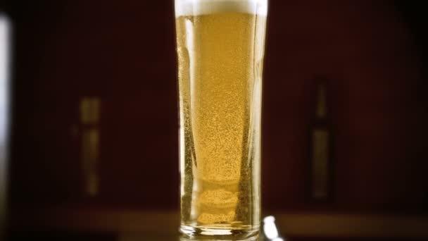 pivo nalévá do skla