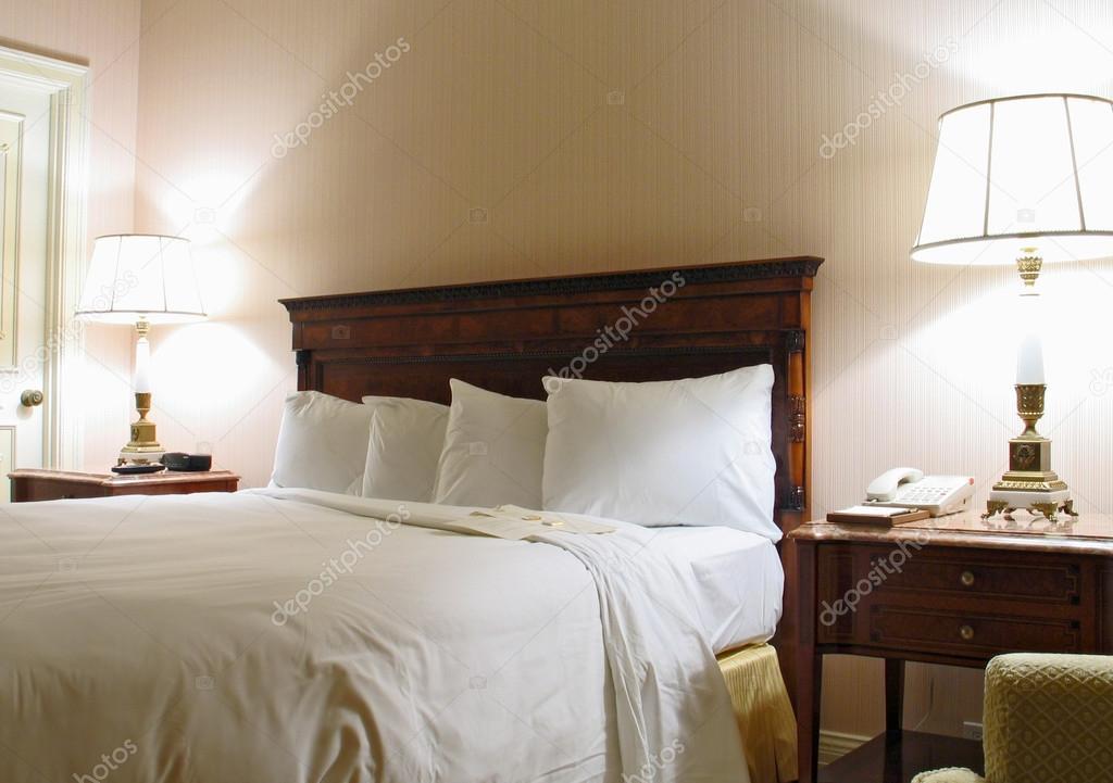 slaapkamer met lamp en kingsize bed — Stockfoto © drserg #22824038