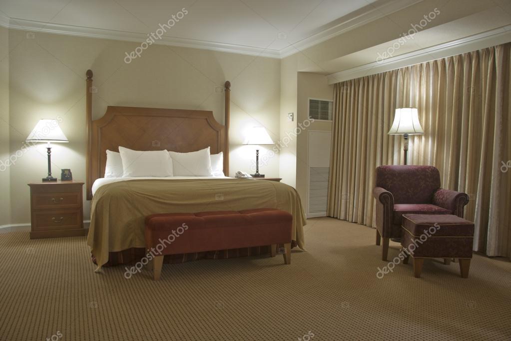 https://st.depositphotos.com/2197092/2319/i/950/depositphotos_23196392-stockafbeelding-slaapkamer-met-gordijn.jpg
