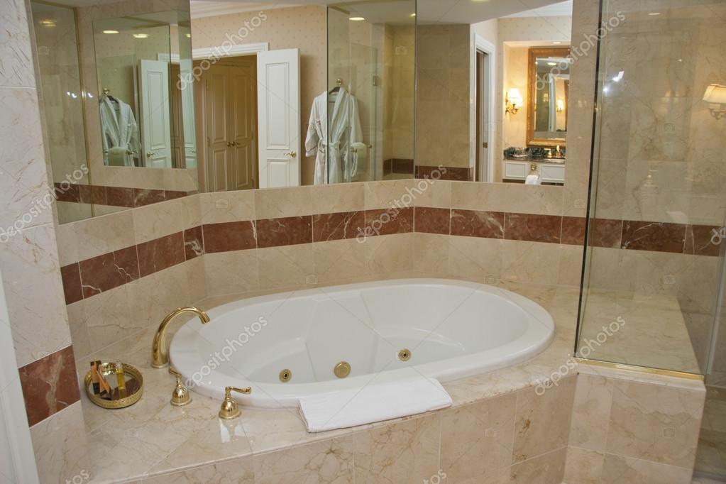 Vasca Da Bagno Marmo : Vasca da bagno bianco e rubinetti di ottone u foto stock drserg
