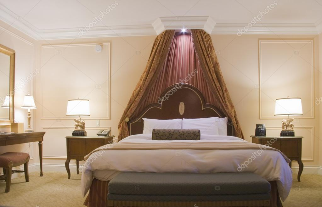 camera con letto a baldacchino King-Size — Foto Stock © drserg ...